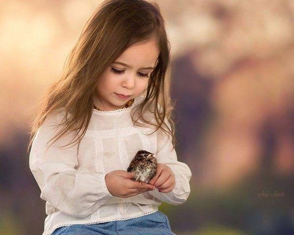 Petite fille à l'oiseau
