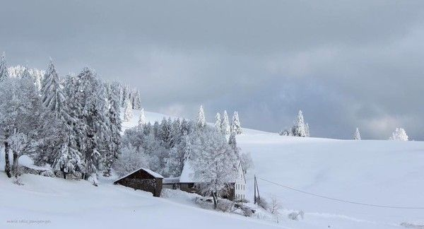 Chalet perdu dans la neige