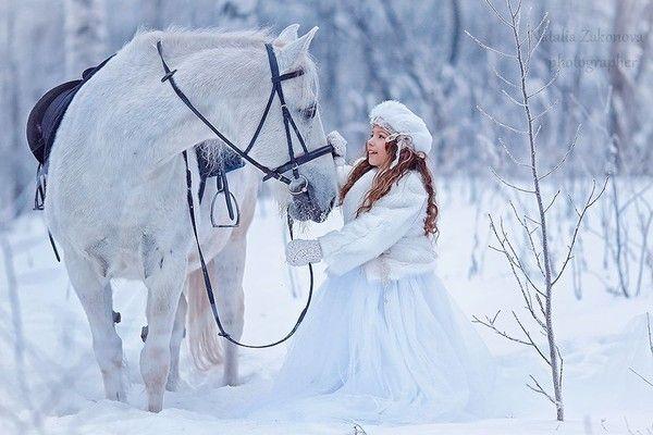 Cheval blanc et femme en blanc
